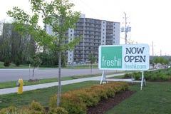 Een teken voor Freshii-restaurant die het grote openen van een nieuwe plaats anouncing Freshii is een Canadees gezond snel voedse stock foto's