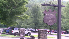 Een teken voor Kent Falls in het Park van de Staat van Connecticut stock footage