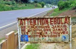 Een teken waarschuwt bezoekers dat het gebied een besmette Ebola is Stock Foto