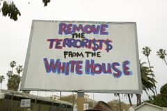 Een teken zegt de terroristen uit het Witte Huis bij een anti-Irak Oorlogsprotest maart in Santa Barbara, Californië op 17 Maart  Royalty-vrije Stock Foto