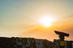 Een telescoop bij de klippen van moher bij zonsondergang Royalty-vrije Stock Afbeelding