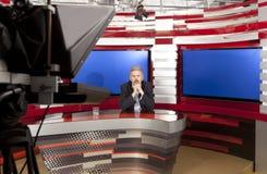 Een televisie anchorman bij studio Stock Afbeeldingen