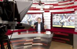 Een televisie anchorman bij studio Het nieuws van sporten stock afbeelding