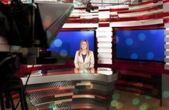 Een televisie anchorwoman bij studio Royalty-vrije Stock Afbeeldingen