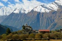 Een tempel dichtbij Larjung-dorp op de Annapurna-Kring, Nepal Met de Dhaulagiri-Waaier op de achtergrond stock afbeeldingen