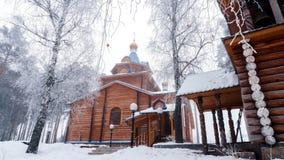 Een tempel in naam van Heiligste Theotokos in titel de bergzonsopgang 2 van de de wintermist Royalty-vrije Stock Fotografie