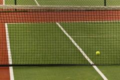 Een tennisbal op een hof Royalty-vrije Stock Foto