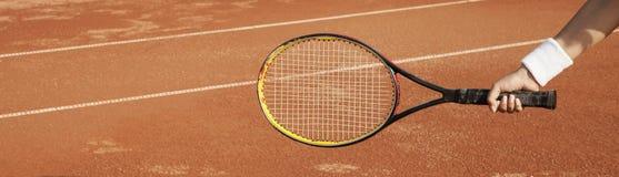 Een tennisspeler treft voorbereidingen om een tennisbal tijdens een gelijke te dienen royalty-vrije stock foto's