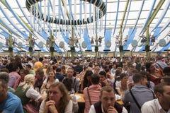 Een tent met duizenden mensen royalty-vrije stock fotografie