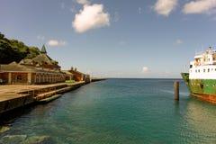 Een terminal van het cruiseschip naast een veerbootwerf in de Caraïben Stock Foto's