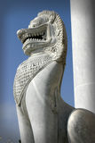 Een Thaise beschermer van de tempeldeur in de vorm van een leeuw stock afbeeldingen