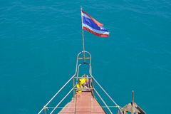 Een Thaise vlag bij het hoofd van een boot Stock Afbeeldingen