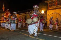Een Thammattam-Speler (centrum) leidt een groep Davul-Spelers die in Esala Perahara in Kandy, Sri Lanka presteren royalty-vrije stock afbeelding