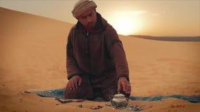 Een thee in de woestijn stock video