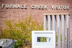 Een thermometermaat in het Nationale Park van de Doodsvallei, Californië royalty-vrije stock afbeeldingen