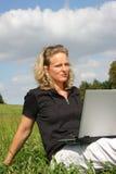 Een thoghtful vrouw met laptop Royalty-vrije Stock Foto's