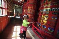 Een Tibetant-Jong geitje het Draaien Gebedwielen Royalty-vrije Stock Foto