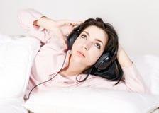Een tiener die aan de muziek luisteren stock foto
