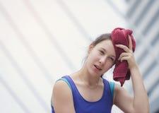 Een tiener gebruikt een handdoek op haar hoofd na uitputting royalty-vrije stock fotografie