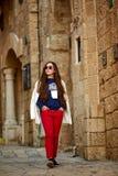 Een tiener loopt rond de oude stad royalty-vrije stock foto's