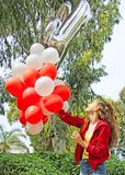 Een tiener met verjaardagsballons Royalty-vrije Stock Afbeeldingen