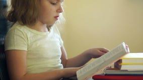 Een tiener valt in slaap terwijl het lezen van een boek Motivatie voor het leren Problemen van schoolonderwijs Huis het scholen stock videobeelden