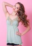 Een tienermeisje in groene kleding Royalty-vrije Stock Foto