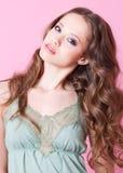 Een tienermeisje met lange krullend Royalty-vrije Stock Afbeeldingen