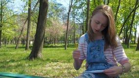 Een tienermeisje trekt op aard stock video