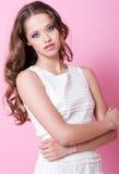 Een tienermeisje in witte kleding Stock Foto's