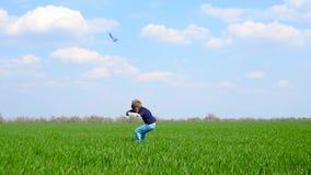 Een tijdens de vlucht lanceert de gelukkige kindlooppas met het vliegtuig op het groene gras, dan het vliegtuig stock video
