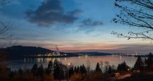 Een tijdtijdspanne van de Burrard-Inham, Vancouver van de binnenstad, en de Parkland-raffinaderij bij zonsondergang stock video