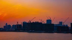 Een tijdtijdspanne van het bewegen van kranen bij het baaigebied in Tokyo bij wijd geschotene schemer stock footage