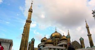 Een timelapse van Crystal Mosque of Masjid Kristal is een moskee in Terengganu, Maleisië Gezoem uit stock video