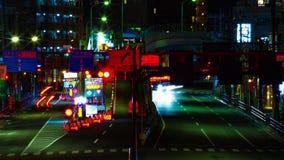 Een timelapse van de straat bij van de binnenstad in Tokyo bij midden van de nacht het lange blootstelling schoot panning stock videobeelden