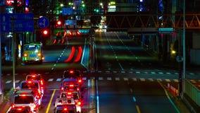 Een timelapse van de straat bij van de binnenstad in Tokyo bij midden van de nacht het lange blootstelling schoot panning stock footage