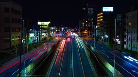 Een timelapse van de straat bij van de binnenstad in Tokyo bij nacht lange blootstelling schoot wijd panning stock video