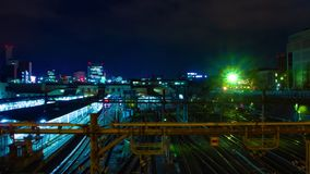 Een timelapse van de trein bij Ueno-post bij nacht schoot wijd panning stock videobeelden