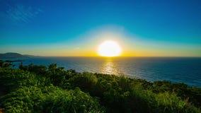 Een timelapse van zonsondergang bij de panoramische oceaan bij Mineyama-voorgebergte in Amami-oshima Kagoshima stock video