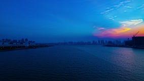 Een timelapse van zonsondergang dichtbij bayarea in Ariake Tokyo schoot wijd gezoem stock video