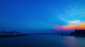 Een timelapse van zonsondergang dichtbij bayarea in Ariake Tokyo schoot wijd panning stock footage