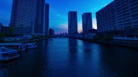Een timelapse van zonsondergang dichtbij bayarea bij de bedrijfsstad in Ariake Tokyo schoot wijd panning stock video