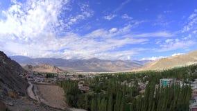 Een timelapsetijd omwikkelt ochtend in de stad van de bergvallei stock video