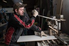 In een timmerman die van de meubilairfabriek bijkomend maken stock foto