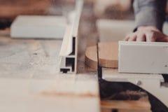 Een timmerman werkt bij de houtbewerking de werktuigmachine Timmerman die aan houtbewerkingsmachines werken in timmerwerkwinkel stock fotografie
