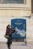 Een toerist die aan de kaart van het Museum van het Leger richt Stock Fotografie
