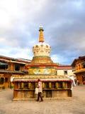 Een toerist draait een gebedwiel stock foto's