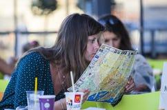 Een toerist, kijkt dicht een kaart van de stad Stock Foto's