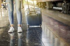 Een toerist loopt een bagage bij het station Wachtend op de trein, zelf-Geleid reisconcept, de Zomervakantie in Azië stock foto's