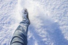 Een toerist loopt door de sneeuw stock fotografie